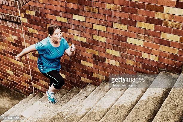 Femme grimper les escaliers