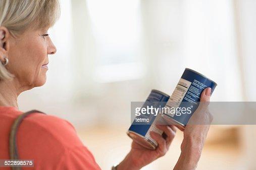Frau Vergleich Produkte In Shop : Stock-Foto
