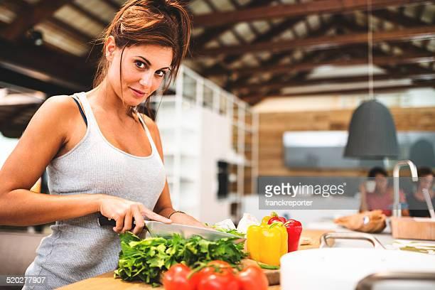 Donna cucinare nella cucina vegan