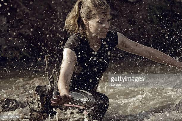 Femme couvert par la boue avoir traversé le canal