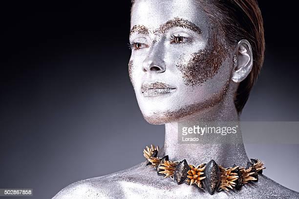 Donna coperta in vernice argento con gioielli di lusso
