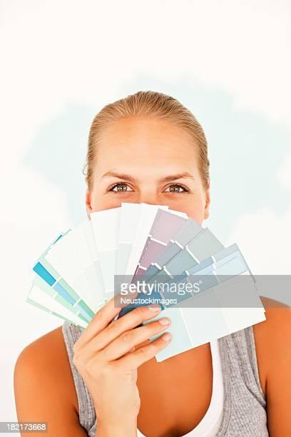 Femme couvrant son visage avec empiècements