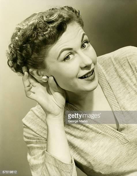 Mano donna che avvolge le orecchie in studio (B & W), Ritratto di close-up,