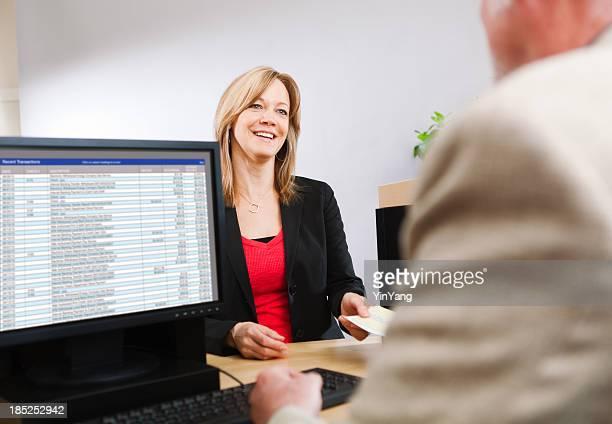 女性顧客訪問 Retail Banking カウンター、銀行の出納係 Hz