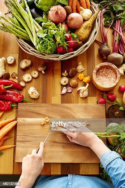 Femme des carottes sur bois d'une planche à repasser