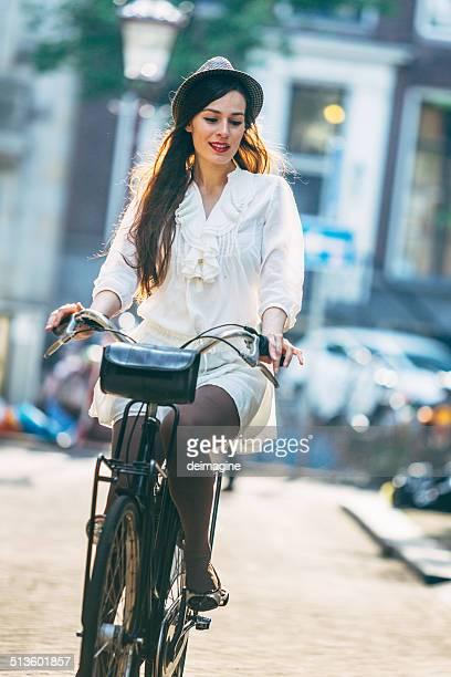 Femme vélo dans la rue d'Amsterdam.