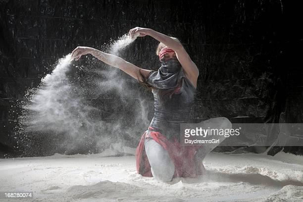 Femme danse en poudreuse
