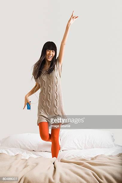 Frau Tanzen auf Bett