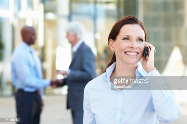 Frau reden auf Handy