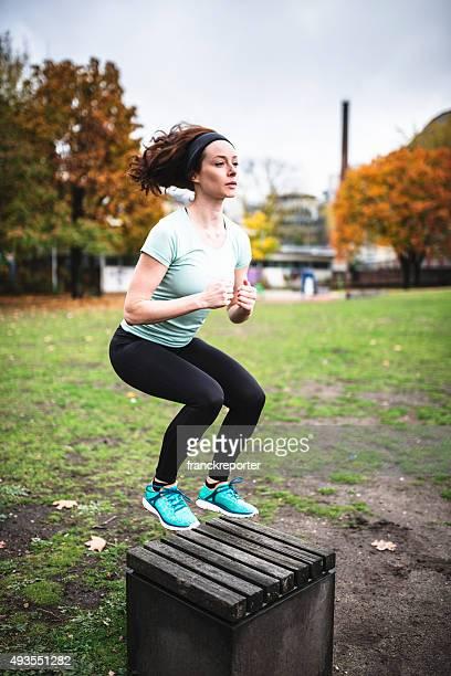 Femme faisant un exercice dans un parc