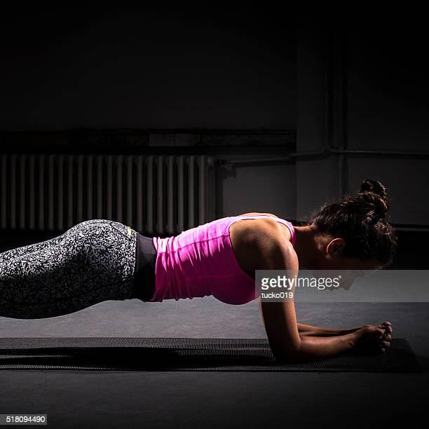 Frau tun Bauchmuskeln