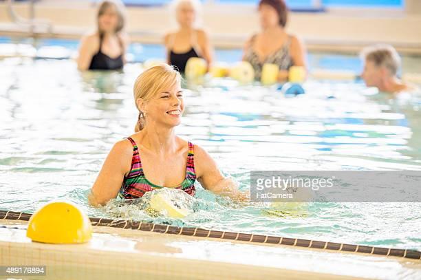 Frau beim Arm-Übungen im Pool