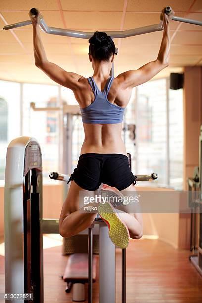 Femme de faire de l'exercice dans l'espace de remise en forme club