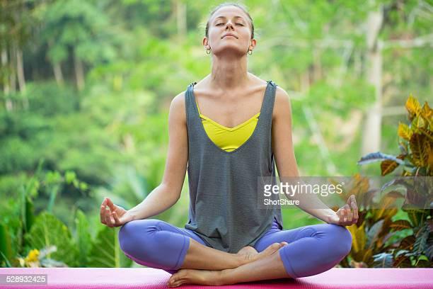 Frau tun meditation im Freien