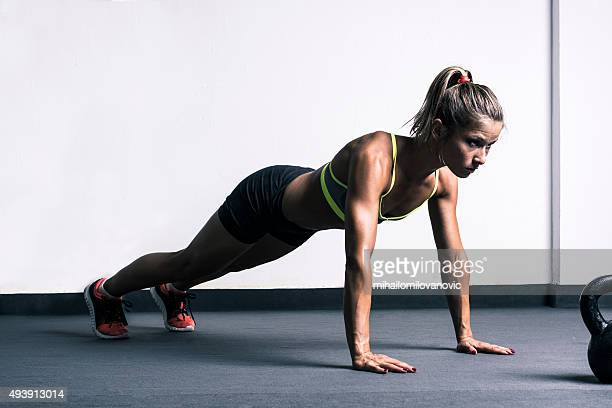 Donna fare push-up