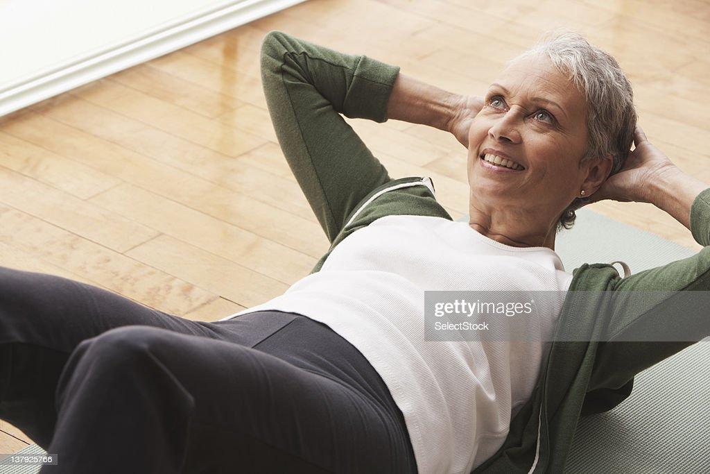 Woman doing sit-ups : Stock Photo