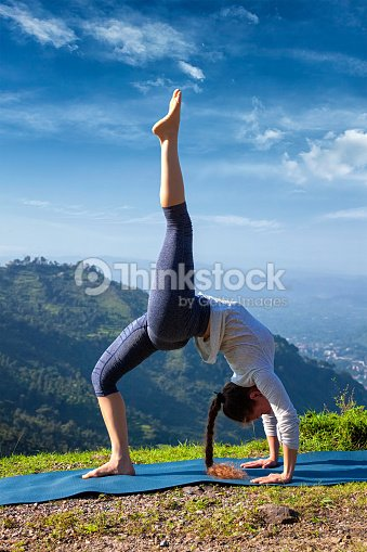 frau tun yogaasana im freien stock foto thinkstock. Black Bedroom Furniture Sets. Home Design Ideas