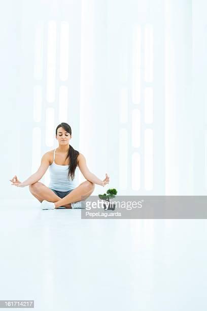 Femme faisant yoga dans un espace moderne