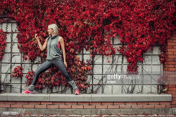 Frau tun yoga in der Natur in der Stadt