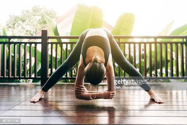 Donna facendo yoga sul balcone
