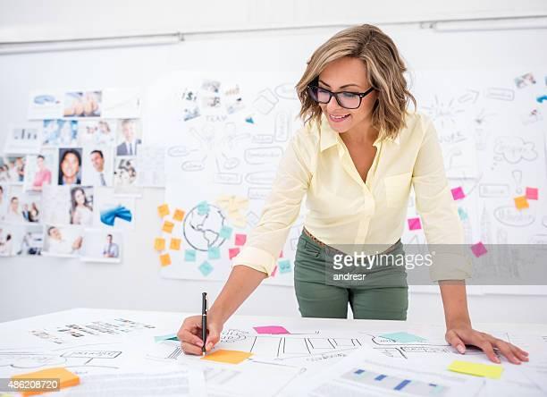 Mujer dibujo de un plan de negocio