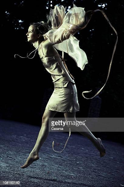Mulher vestida como uma fada e saltos, tons