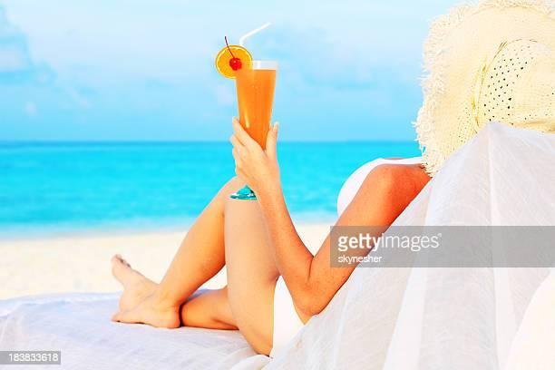 Frau trinken cocktail am Strand