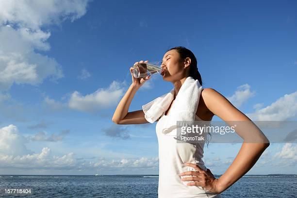 Fitness mulher beber água depois de