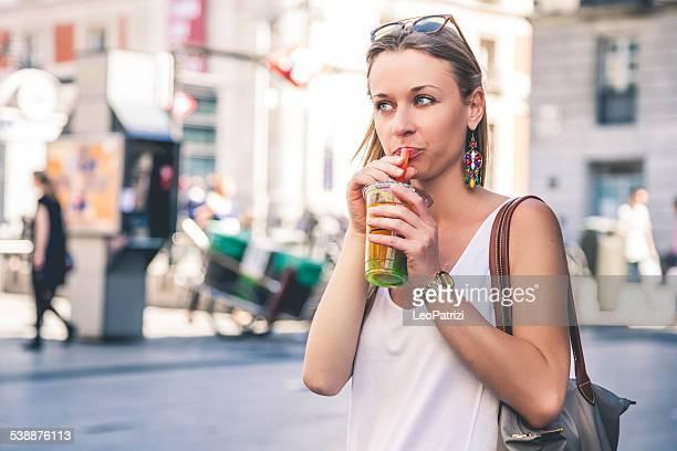 Mulher beber chá na cidade de pensamento em desenho animado