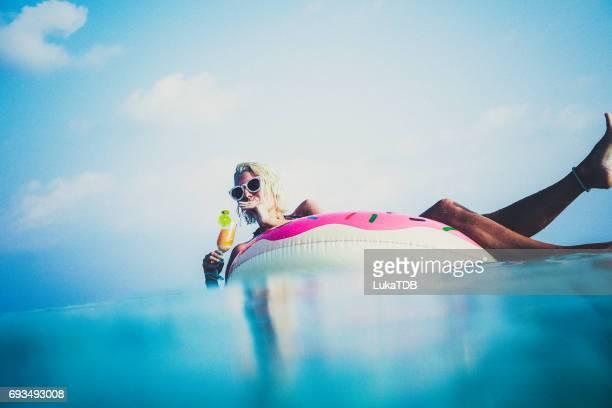 Frau trinken cocktail in den Ozean, Malediven