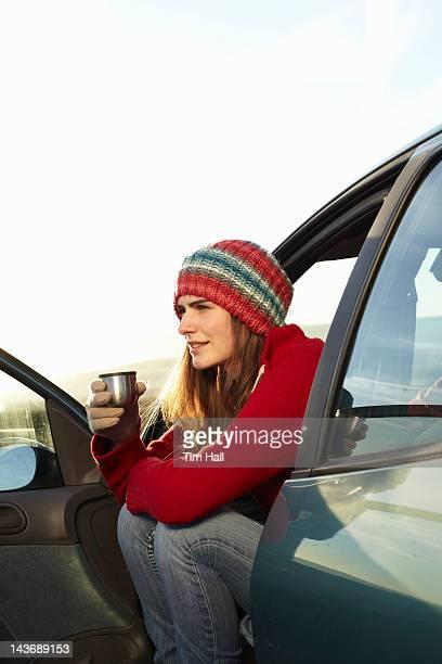 コーヒーを飲みながら thermos から女性