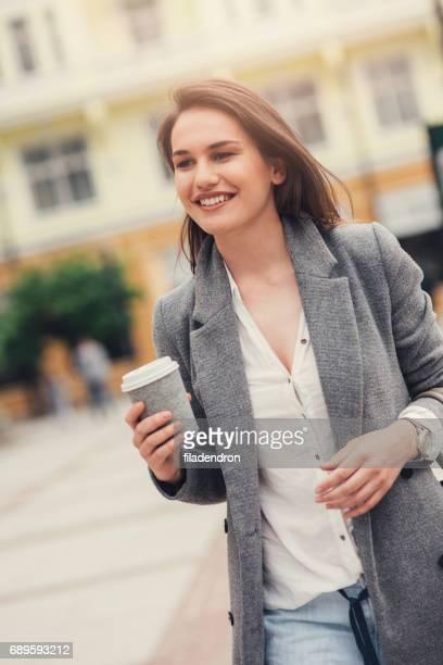 Femme, boire du café dans la ville