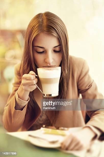 Femme buvant un café au lait