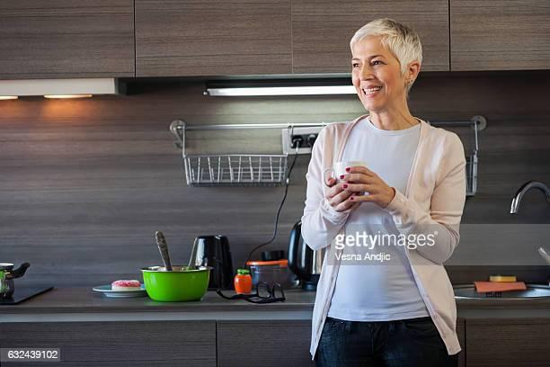 Kaffee trinkende Frau