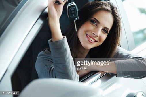 Frau Fahrer Auto Schlüssel, die Standortverteilung in Ihrem neuen Auto. : Stock-Foto