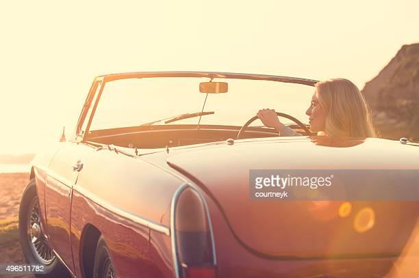 Frau Cabrio Auto fahren am Strand.