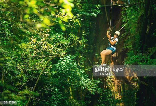Donna in un Canopy Tour della Costa Rica