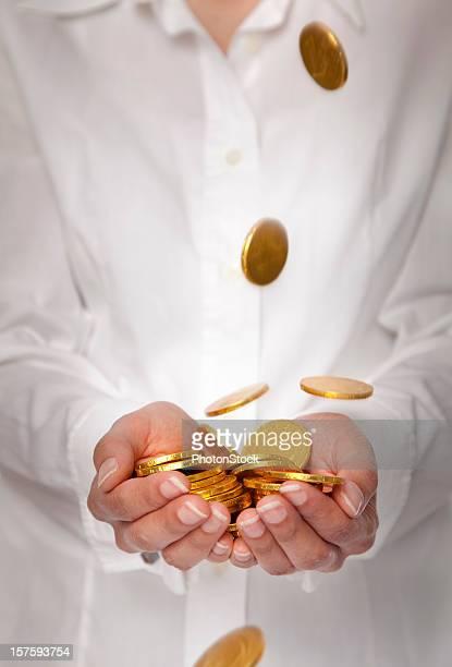 Frau erhält Handvoll gold-Münzen
