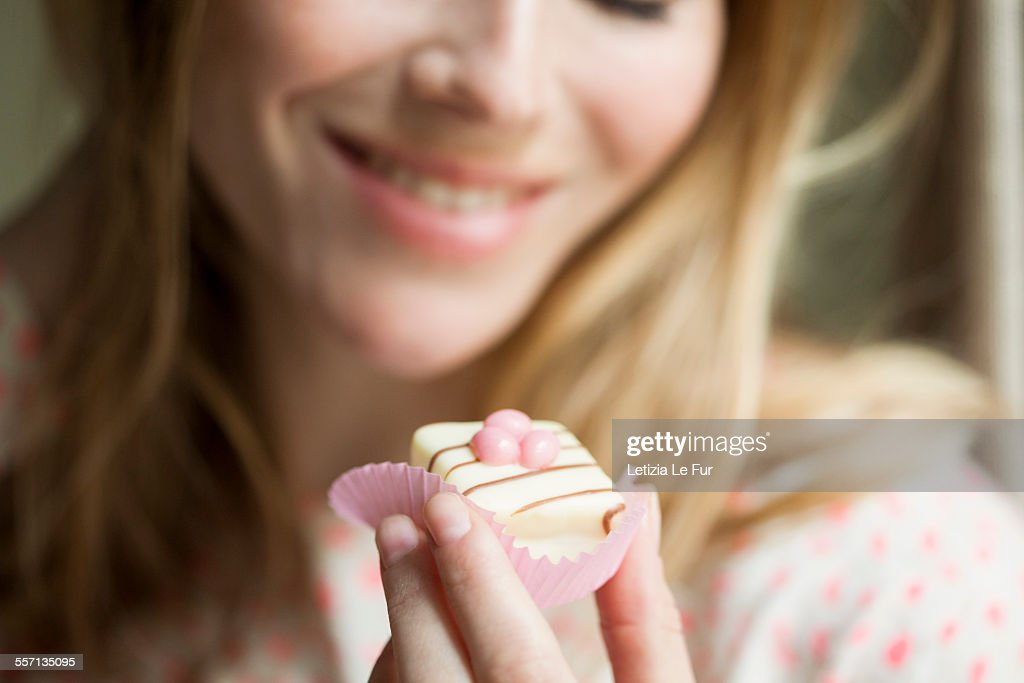 Woman eating a cupcake : Stock-Foto