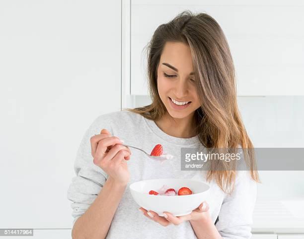 Femme manger un petit déjeuner équilibré
