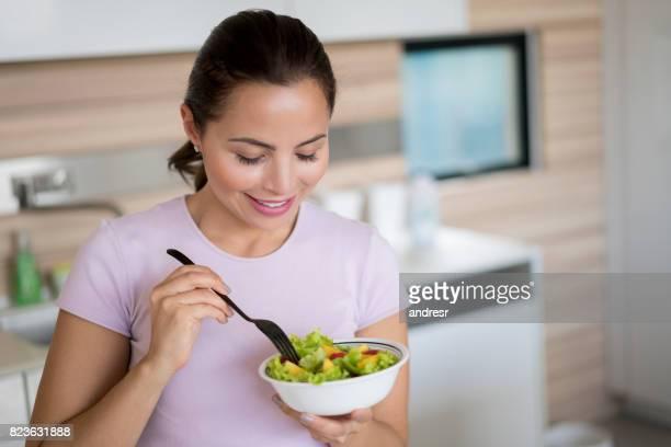 Frau Essen eine gesunde Salat