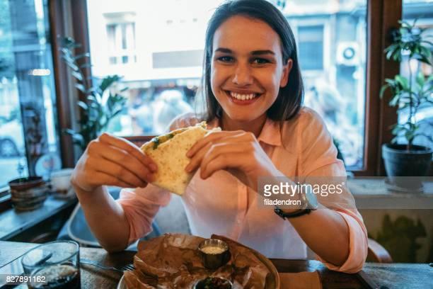Femme manger dans un restaurant