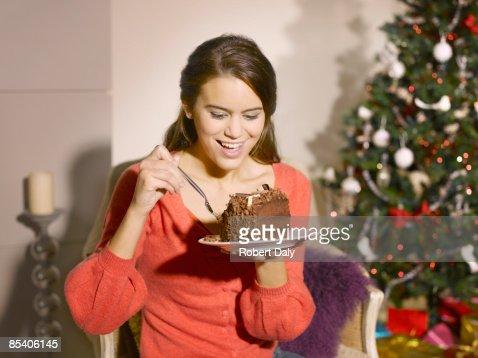 でクリスマスケーキを食べる女性