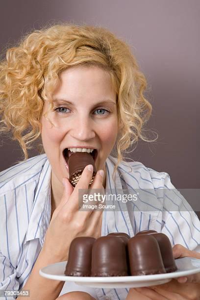 Femme, manger le gâteau