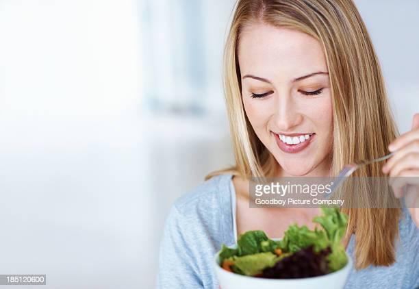Femme manger salade
