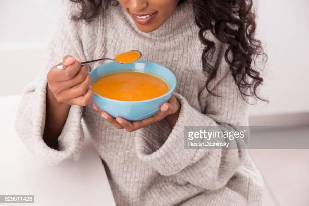 Femme Profitez de soupe chaude en hiver.