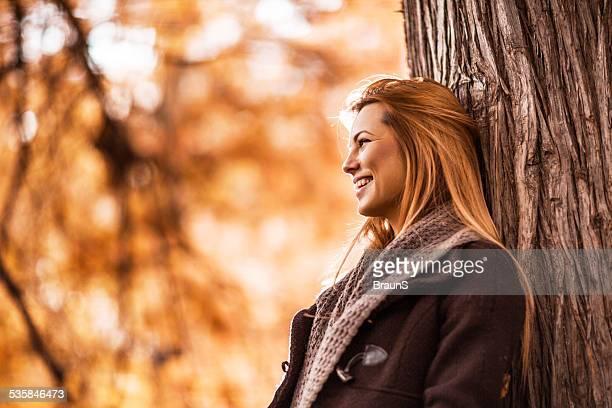 Frau genießen einen Tag im Herbst.