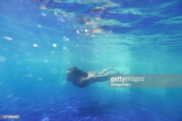 Femme profitant d'une baignade paisible