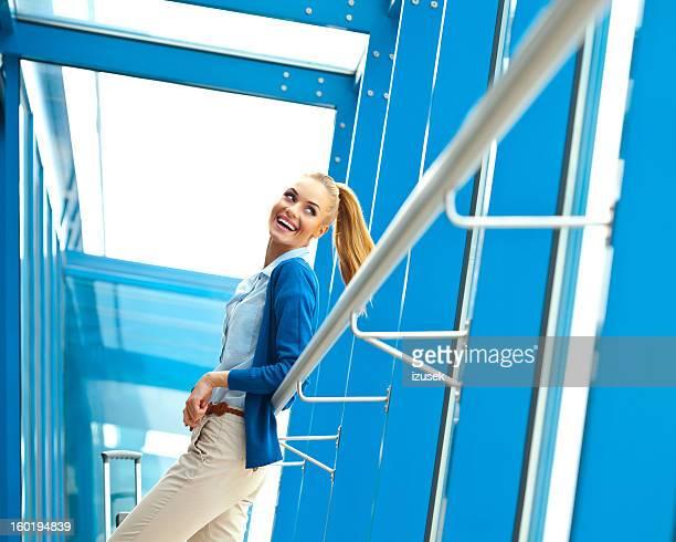 Femme admirant les voyages en avion
