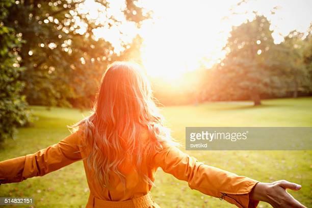 Femme profiter de soleil de l'automne.
